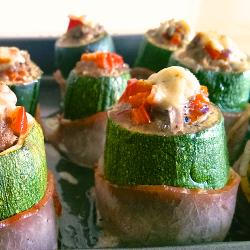 Gefüllte Zucchinis mit Speckmantel (V)
