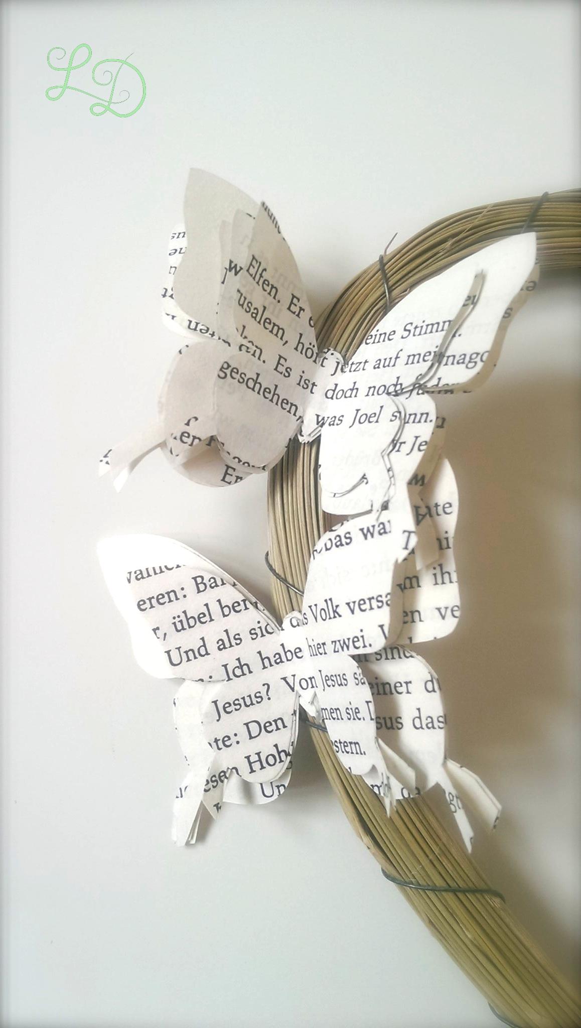 Herzkranz Mit Schmetterlingen Und Rosen Aus Buchseiten