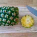 Ananas spiralförmig schneiden