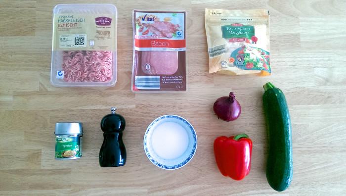 Gefüllte Zucchini mit Hackfleisch-Paprika-Füllung und Speckmantel