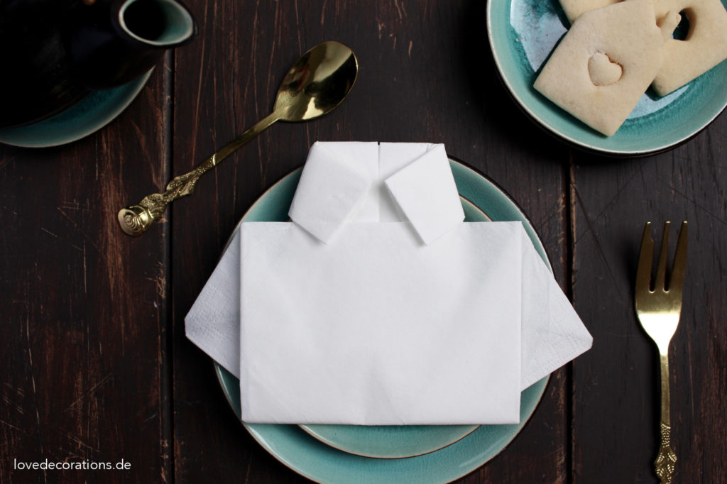 servietten zu hemden falten f r den vatertag love decorations. Black Bedroom Furniture Sets. Home Design Ideas