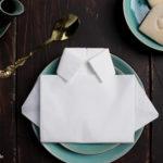 Servietten zu Hemden falten für den Vatertag