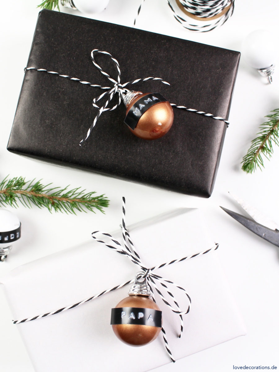 DIY Geschenkanhänger mit Weihnachtskugel und Dymo