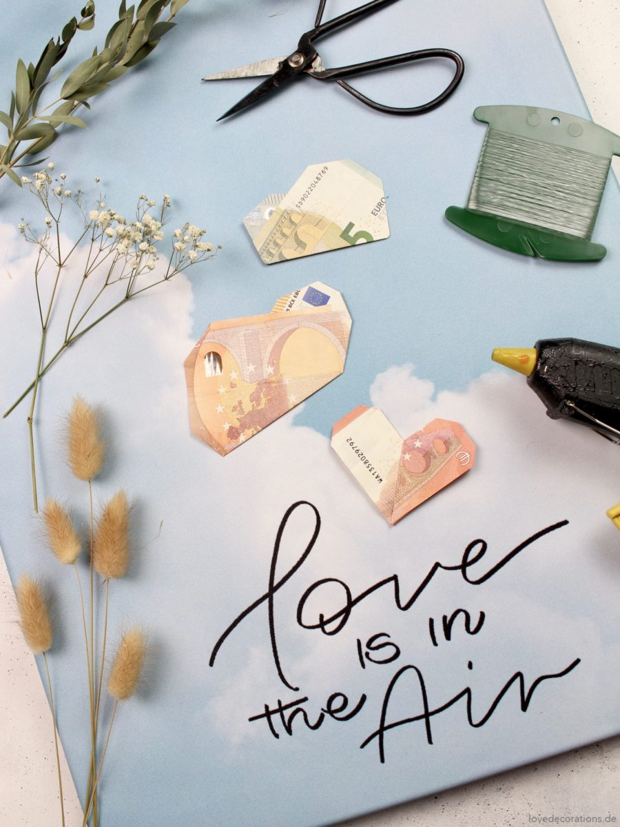 DIY Leinwand als Geldgeschenk mit Origami Wolken – Love Is In The Air